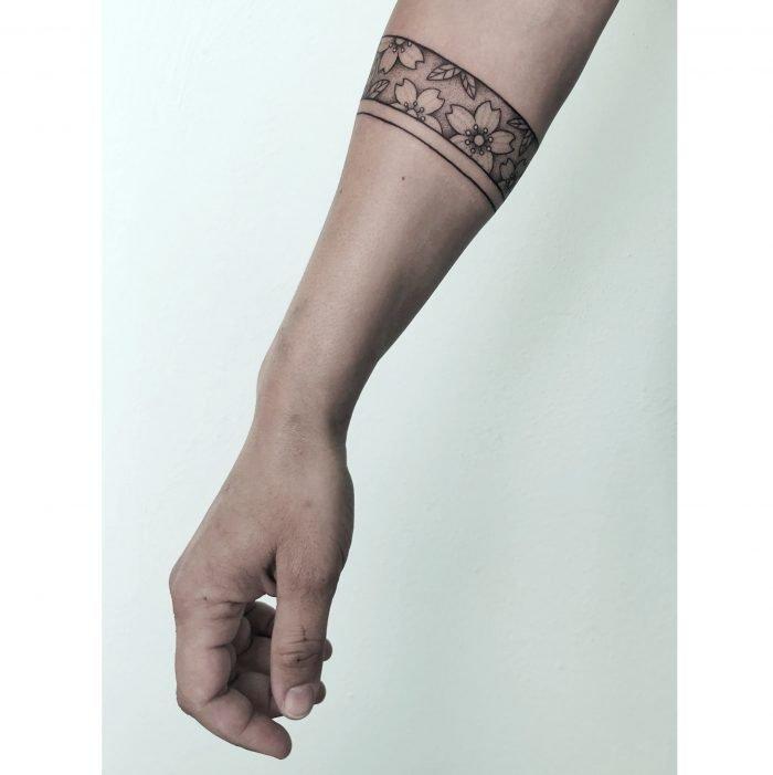 Dotwork blumen armband tattoo bodensee konstanz tattoostudio kirschblüten